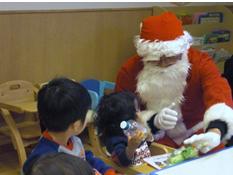 サンタクロースの訪問に保育所の子どもたちも喜びました☆
